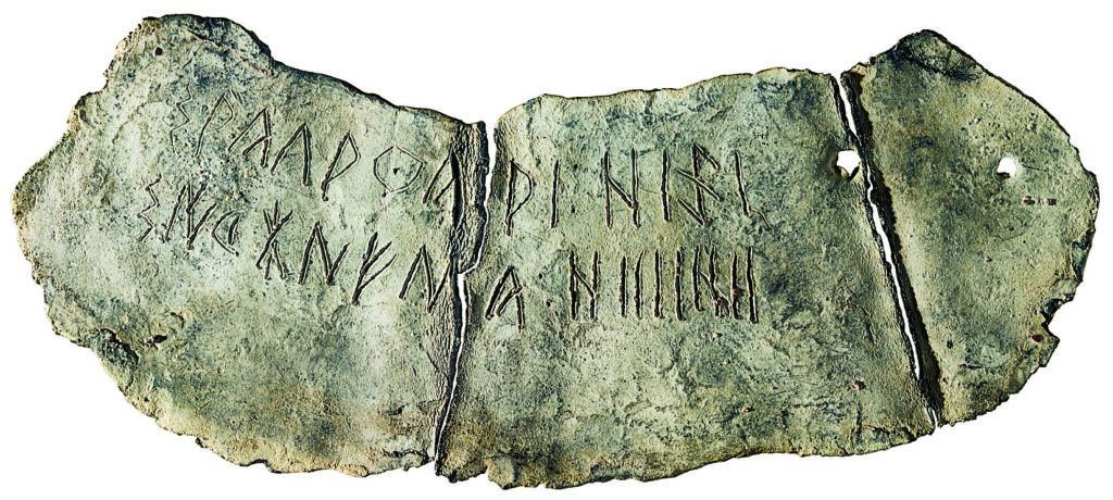 Lamelle en plomb en langue et écriture ibériques (MLH, III, G.1.6) avec les anthroponymes sakalaku et siketaneś suivis d'unités de mesure et de quantités (crédit photo: Museu Arqueològic Municipal Camil Visedo Moltó).