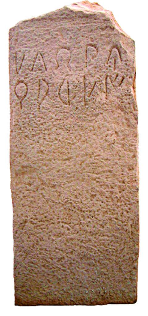 Stèles funéraires ibériques de Baetulo, Badalona avec deux formules onomastiques différentes : à gauche (BDH B.41.02) ḿlbebiuŕarḿi ; à droite (BDH B.41.03), bantuinḿi ḿlbebiur ebanen. Crédits photos : Albert Cartagena.