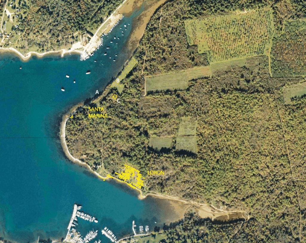 Localisation du complexe : l'atelier de Loron le long de la baie de Červar Porat et la villa de Santa Marina, le long de la baie homonyme (relevé de V. Dumas sur fond Google Earth)