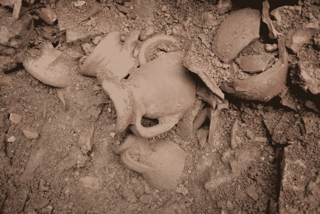 The amphorae found in the chamber of kiln B.