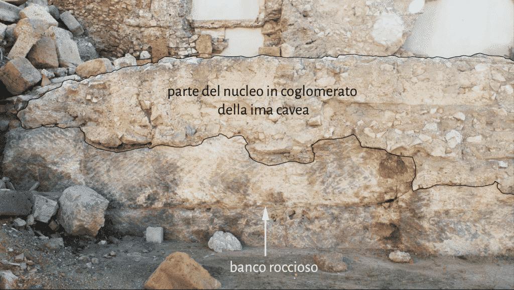 Nucleo in calcestruzzo della gradinata che si adatta all'orografia naturale del terreno.