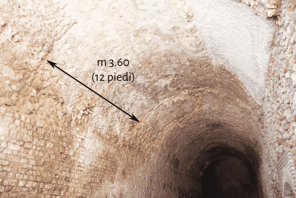 """Impronta del settore di centina impiegato per la costruzione della volta in conglomerato dell'ambiente """"a""""."""