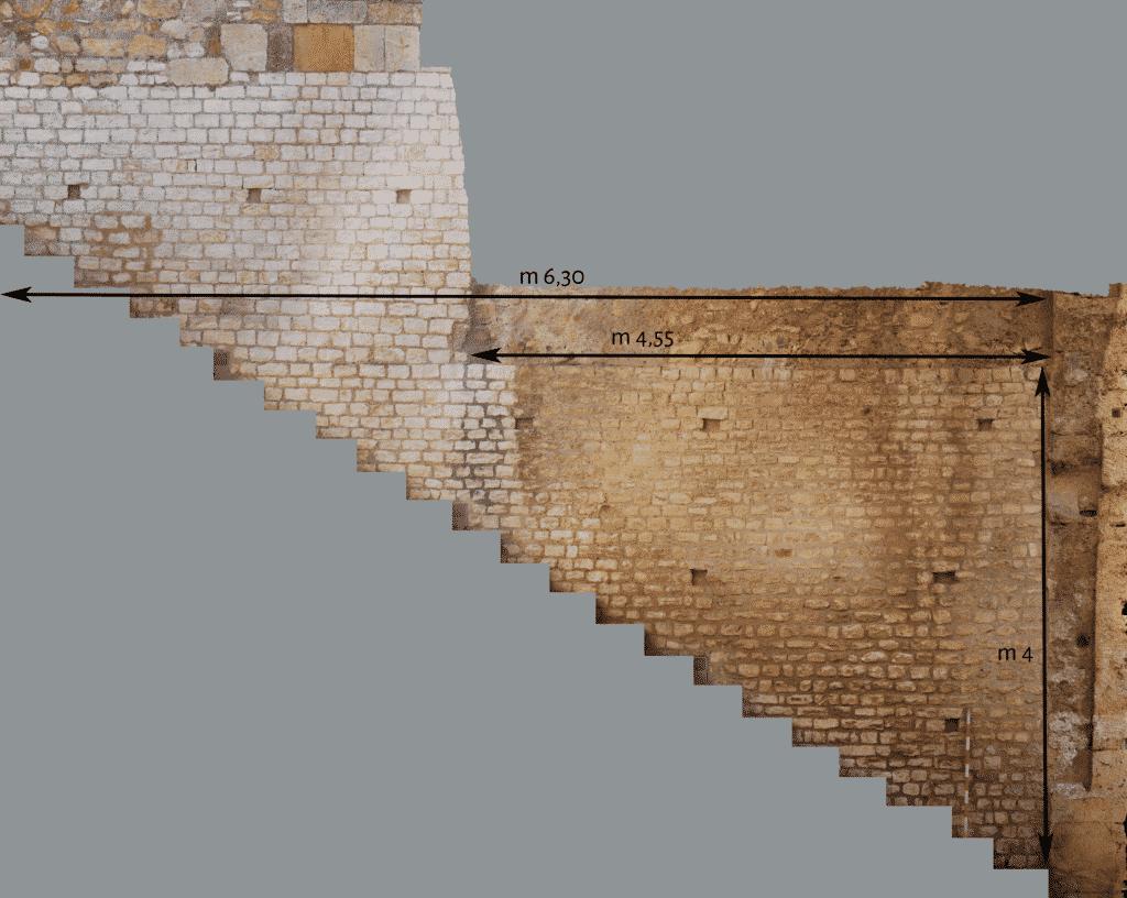 Dettaglio del paramento orientale dell'ambiente con scalinata.