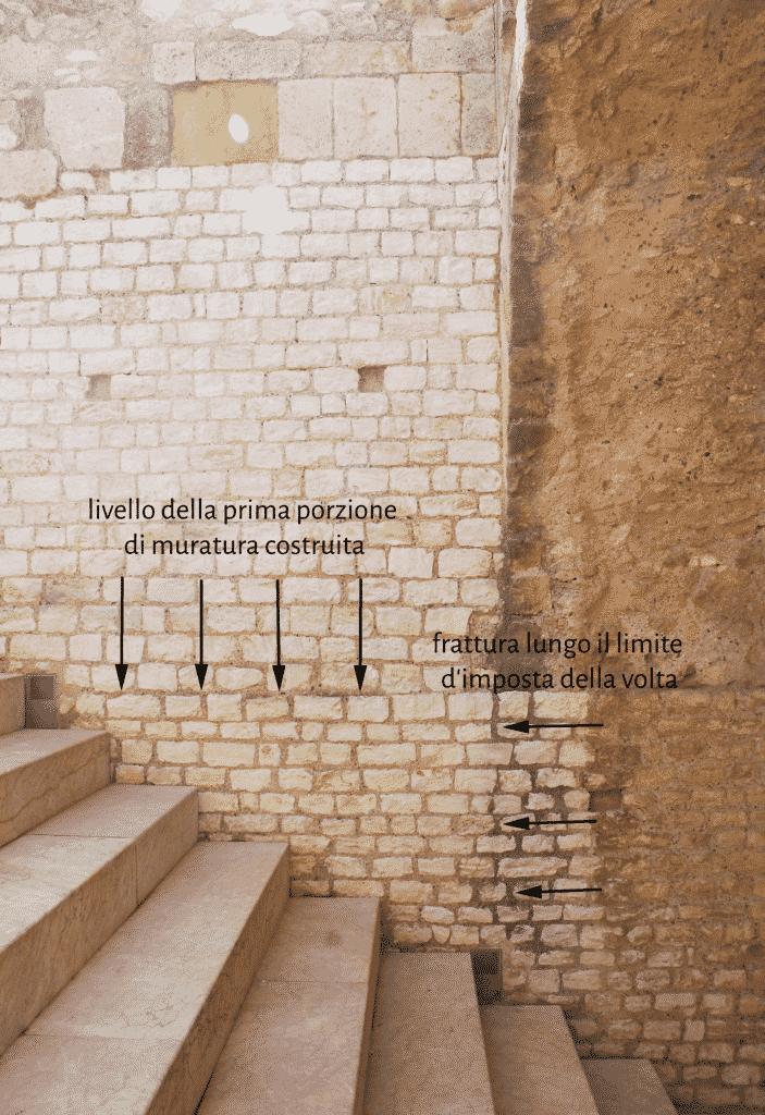 Dettaglio del paramento orientale dell'ambiente con scalinata con indicazione della frattura lungo il limite d'imposta della volta.