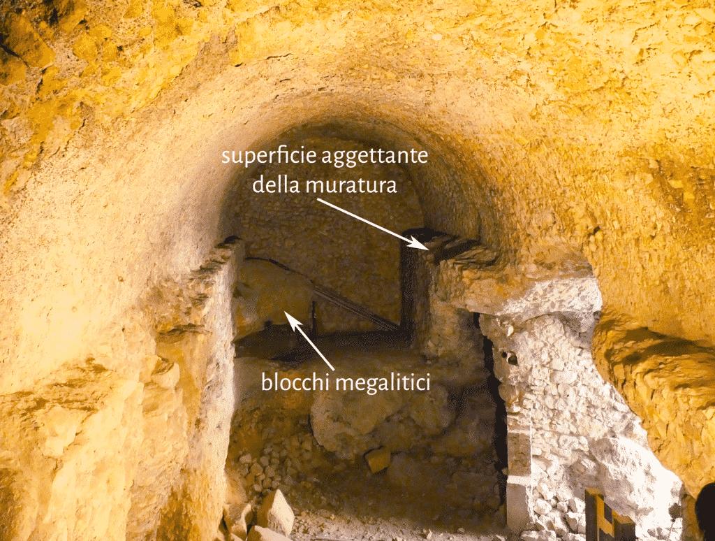 Settore orientale della lunga galleria parallela al muro di terrazzamento della terrazza intermedia.