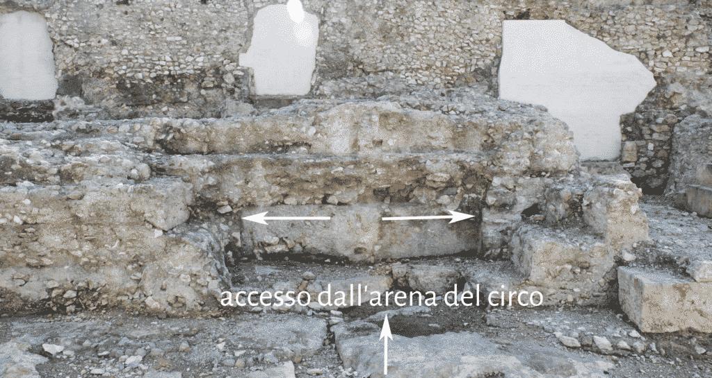 Porta aperta nel muro del podio nel settore sud-orientale del circo per l'accesso al corridoio della ima cavea.