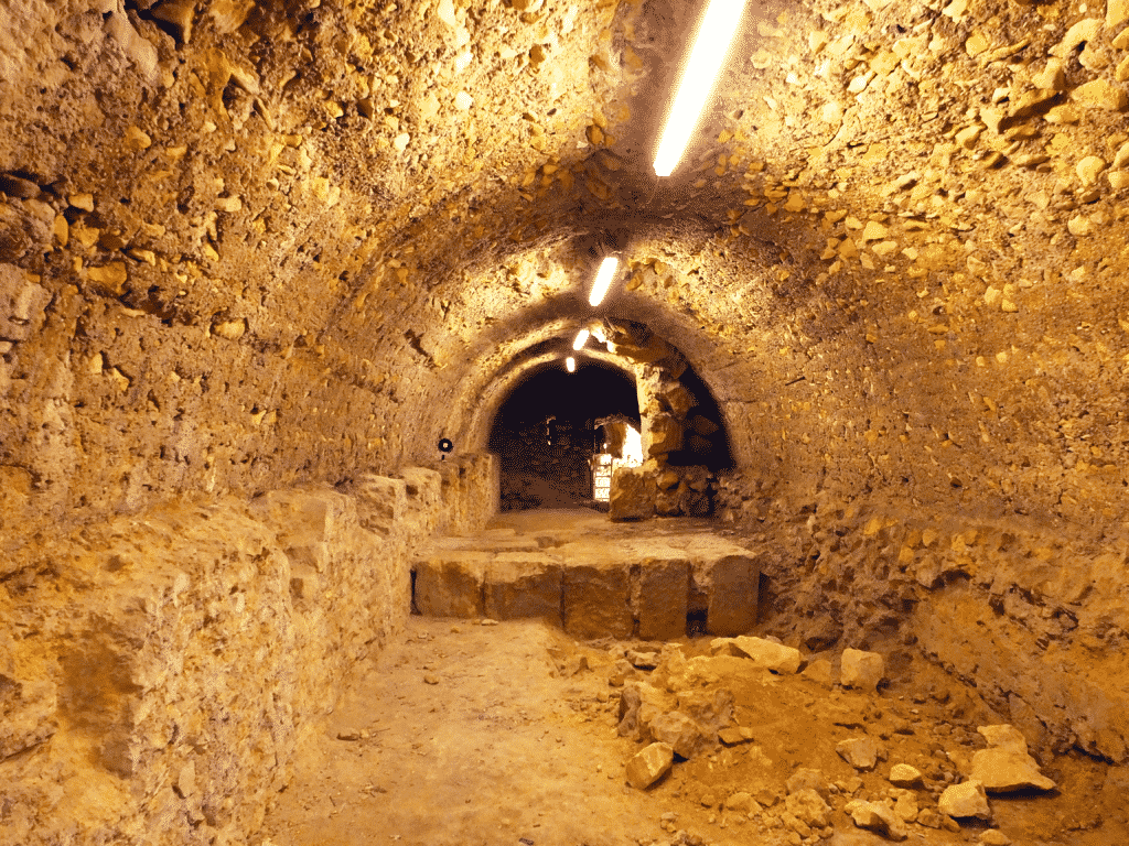 Settore occidentale della lunga galleria parallela al muro di terrazzamento della terrazza intermedia.