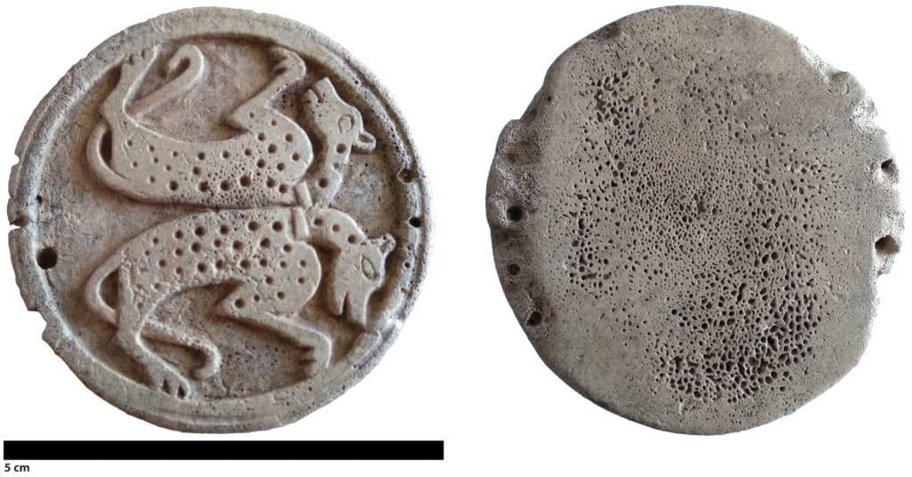 Pion de jeu en bois de cerf (obj-1279-01) à décor animalier découvert sur le site du Castéra à Langoiran (Gironde) (Cliché S. Renou).
