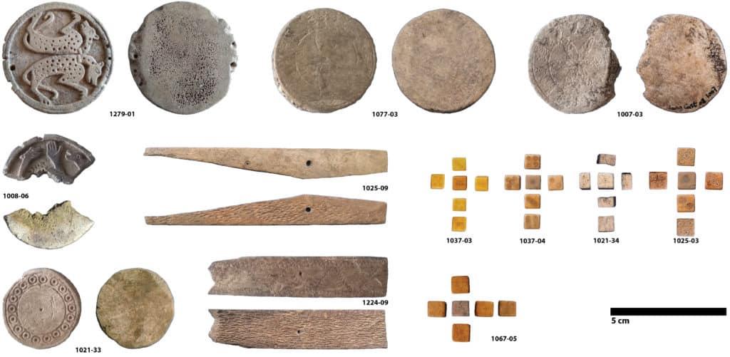 Planche du mobilier en matière dure animale lié au jeu découvert sur le site du Castéra à Langoiran (Gironde) (Cliché S. Renou).