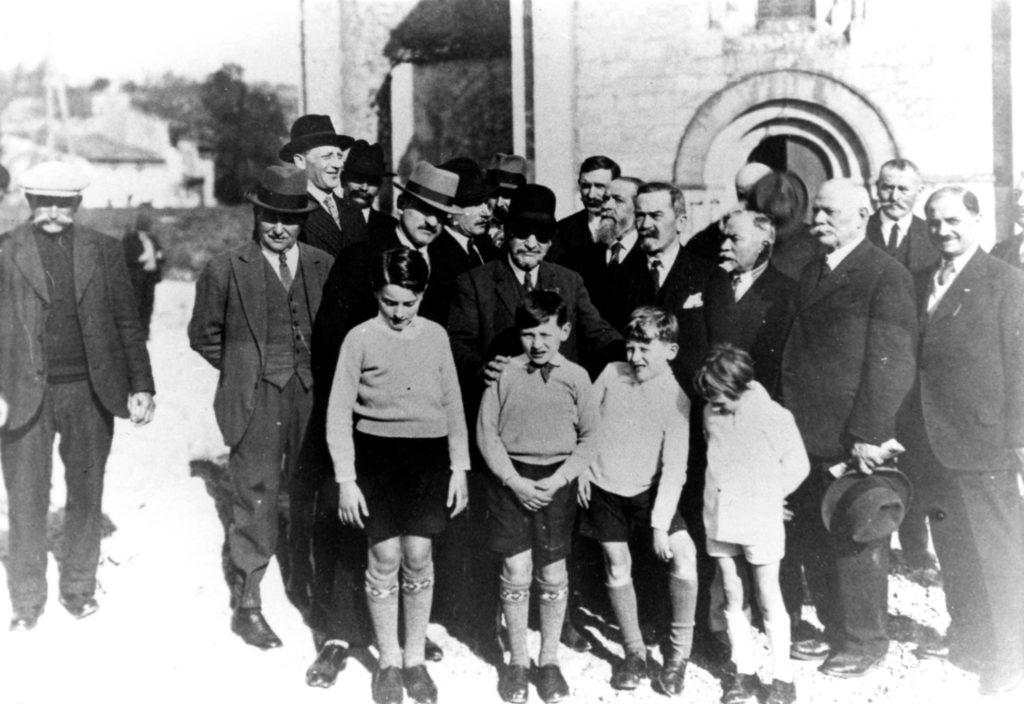 Pierre-martial Tauziac avec ses quatre petits-enfants